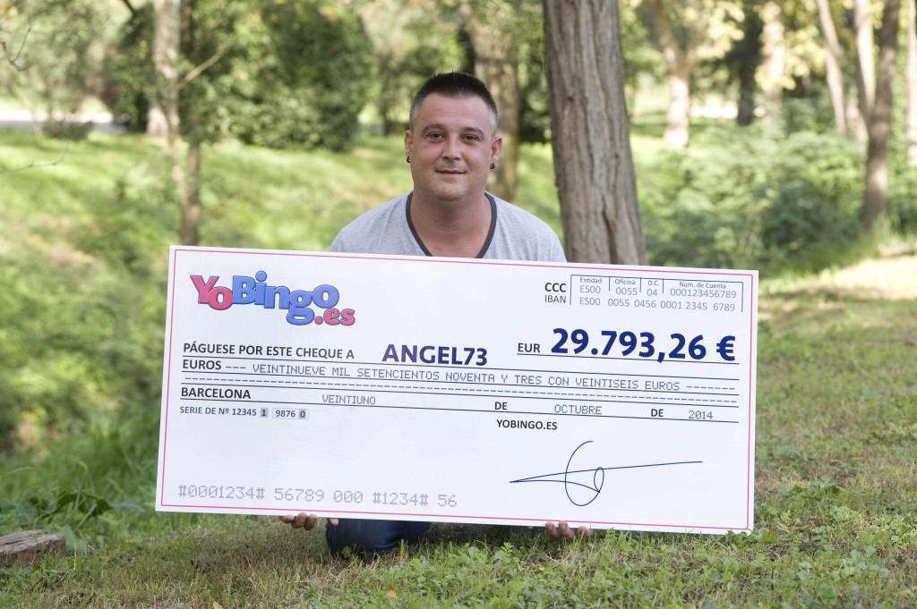 ANGEL73 posa con el cheque