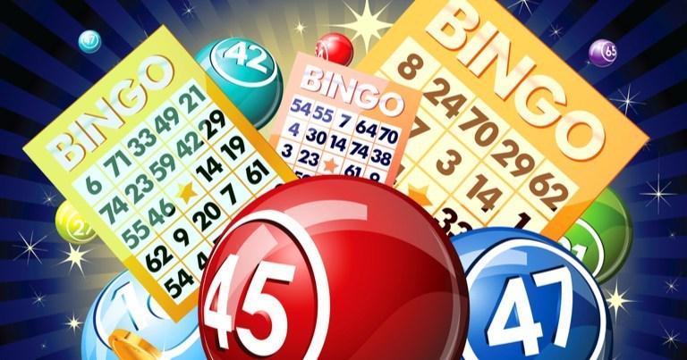Una ilustración de cartones y bolas de bingo.